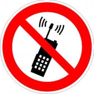 Знак запрещающий P18 Запрещается пользоваться мобильным (сотовым) телефоном или переносной рацией (Пленка 100 х 100)
